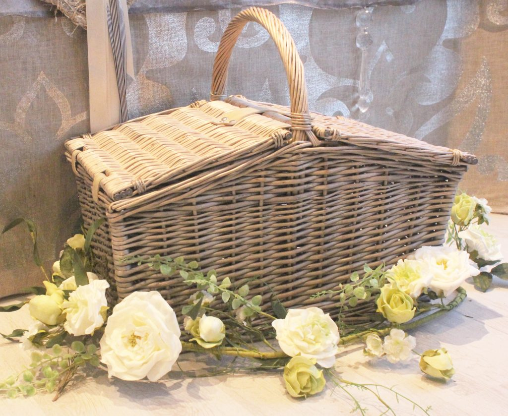 hire vintage picnic baskets for summer weddings and garden parties